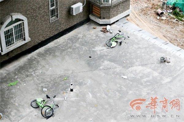 西安一破旧小区楼顶掉下两辆共享单车,车胎爆裂 短网址资讯 第4张