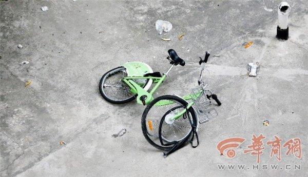 西安一破旧小区楼顶掉下两辆共享单车,车胎爆裂 短网址资讯 第2张