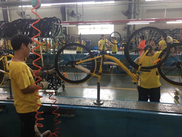 工人拼装车辆。